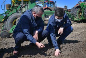 Аким Павлодарской области ознакомился с ходом посевной кампании в двух районах