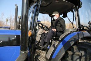 Бердибек Сапарбаев сел за руль трактора казахстанского производства