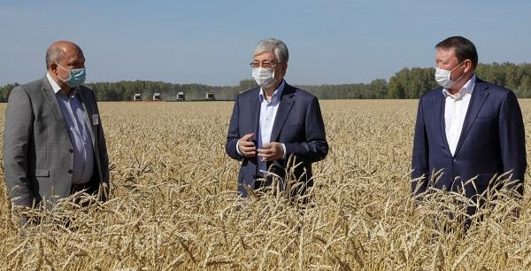 Касым-Жомарт Токаев осмотрел поля и ознакомился с ходом уборочной кампании в ТОО «Аби Жер»