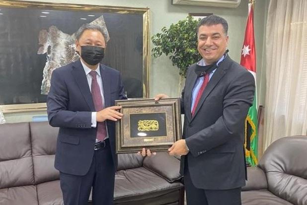 Посол Казахстана Айдарбек Туматов с Министром сельского хозяйства Иордании Халедом аль-Хнейфатом