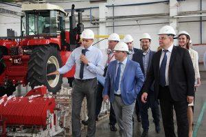Артак Камалян во время визита на крупнейшее в Евразийском экономическом союзе предприятие по производству комбайнов