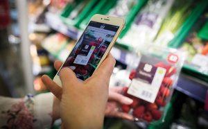 смартфон сканирует качество продуктов