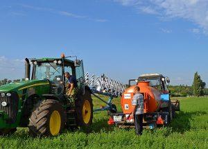 заправка трактора в поле