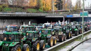 Французские фермеры выехали на тракторах на Елисейские Поля