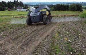 Робот опрыскивает ферму