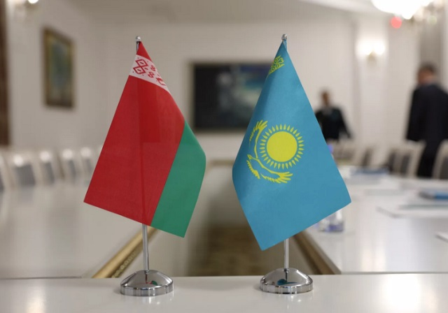 флаги Казахстана и Беларуси